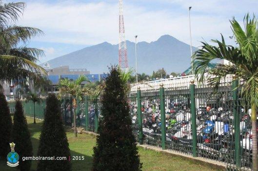 Penampakan Gunung Salak dari Stasiun Bogor