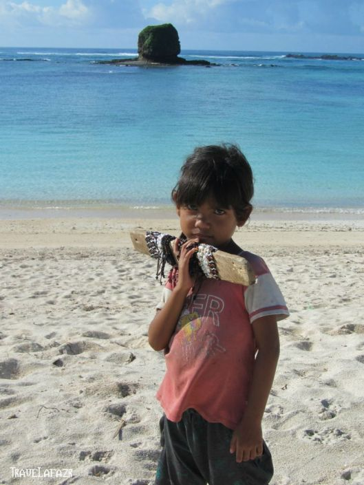 Gadis Kecil Penjual Gelang - Lombok Tengah