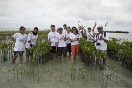 Menanam mangrove. Photo by @nutrisi_bangsa