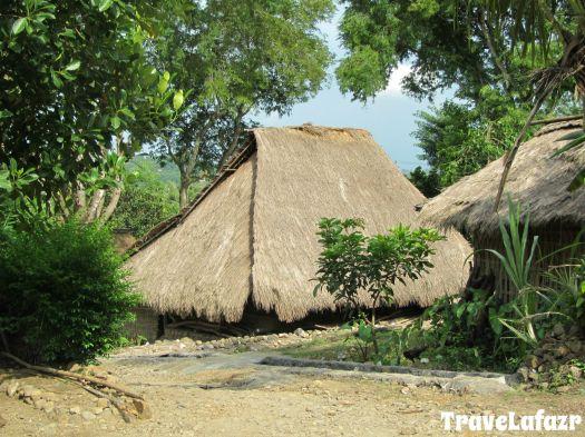 Rumah adat Sasak beratap jerami