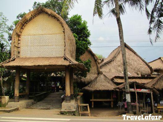 Desa Sade dari tepi Jalan Raya Praya