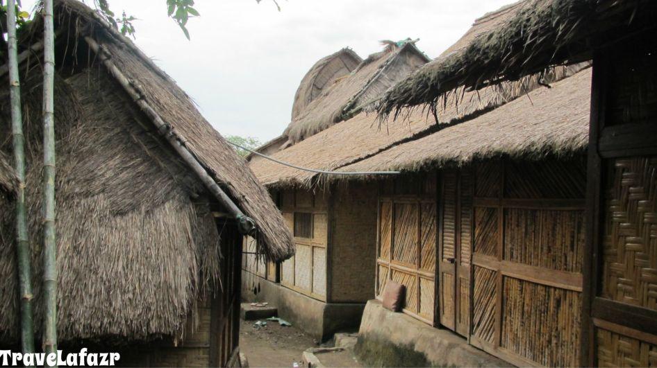 Lorong jalan antar rumah di Desa Sasak masih berupa tanah