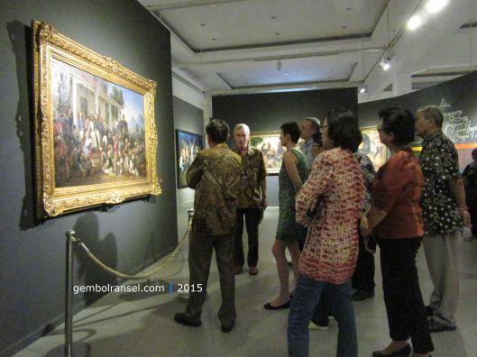 Peter Carey memandu galery tour di depan lukisan Penangkapan Pangeran Diponegoro