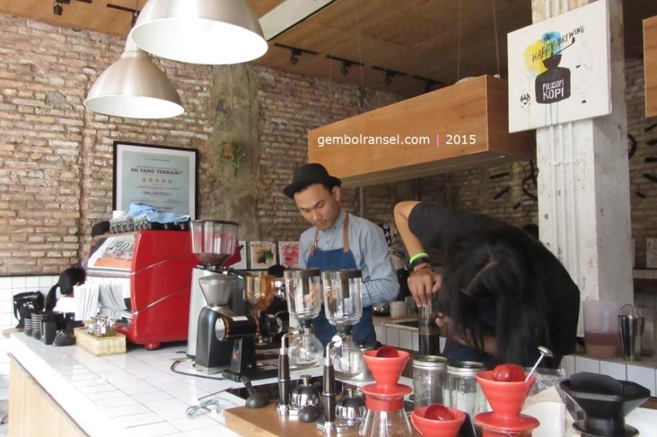 Ben dan Jody berkolaborasi meracik kopi