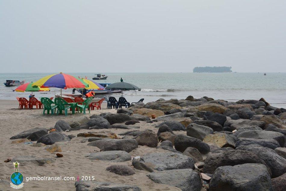 Pantai Gandoriah berlatar Pulau Angso Duo