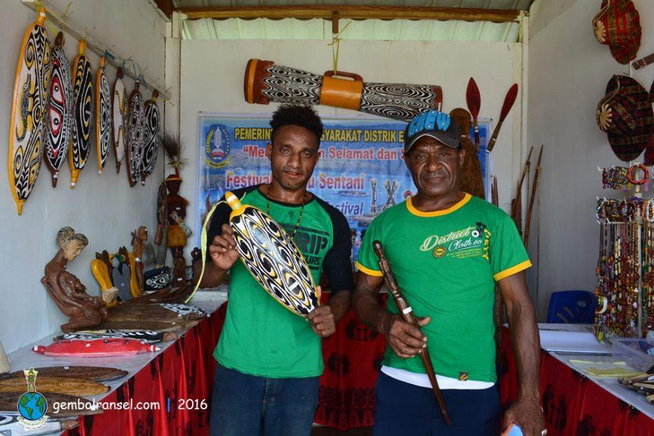 Pak Gidion (kanan), pengrajin ukir kayu dari Kampung Putali