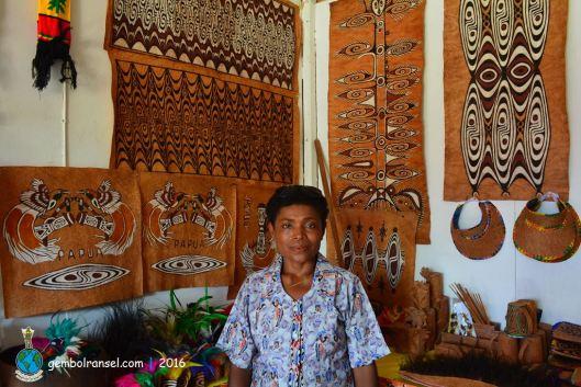 Ibu Bertha, pengrajin lukisan kulit kayu dari Kampung Asei Besar