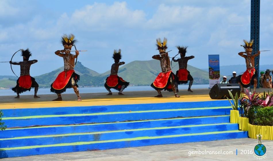 Danau Sentani beserta bukitnya yang berpunuk-punuk menjadi latar panggung yang sangat indah